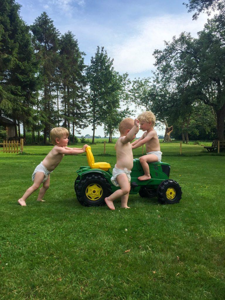 Samen spelen met 1 tractor, drieling